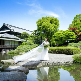 大阪城のほど近く、8000坪の敷地を有しその多くを広大な築山式回遊庭園が占めている