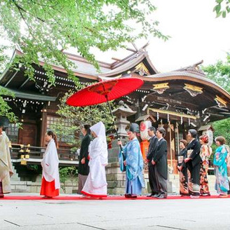 境内は都心にありながら四季折々の美しい自然が広がる。二人と参列者が心を一つに本殿へ入場していく参進の儀は神社挙式ならではと人気が高い。