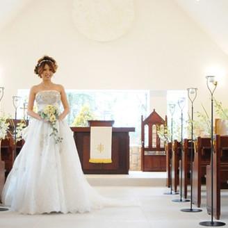 窓から自然光が入るので、ウェディングドレスの白も映えます♪