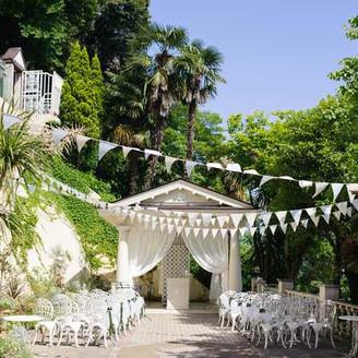 【挙式会場】 青空と緑にかこまれて爽やかな風を感じるい開放的なガーデン挙式