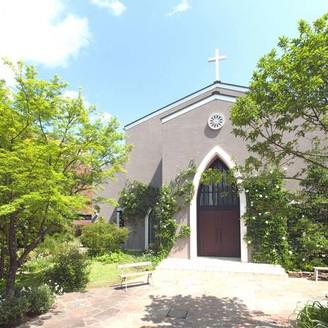 都心とは思えないほどの緑に囲まれた独立型教会。ゲストとのお写真もガーデンで!