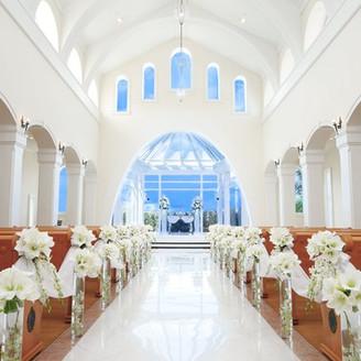 大理石のバージンロードもスカイブルーに染まり、入場する花嫁は天空を歩んで行くかのよう