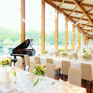 挙式・披露宴会場。天井高8M・一面ガラス張りの開放的空間。