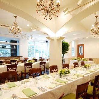 別館1階「ガーデンレストランコフレドール」は大勢を収容できる贅沢な自宅のリビングの様。