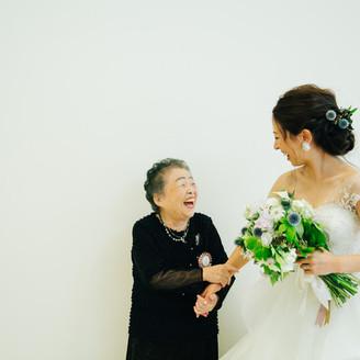 """大好きなおばあちゃんと中座 おばあちゃんにとっても 花嫁さんにとっても 一生忘れられない瞬間です。 おばあちゃんに""""ずっと飾っておきたくなる写真""""をプレゼントするのは いかがでしょうか。"""