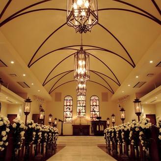 イギリスの教会で実際に使われてきたステンドグラスや燭台といった調度品が配された荘厳な雰囲気。
