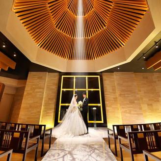 【チャペル】 デザイナーズチャペルにパイプオルガンの厳かな音色と聖歌隊の歌が響く・・ 印象的でモダンな光あふれるチャペル挙式はスタイリッシュな結婚式をお考えのおふたりにおすすめ