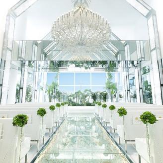 緑と光が溢れる開放的なチャペルは花嫁の美しさを際立たせる