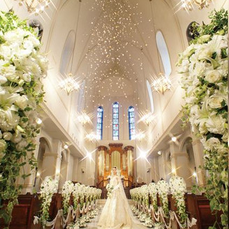 中世ヨーロッパの大聖堂を再現した16mの天井高と17mのバージンロードを誇るセントエターナルチャペル