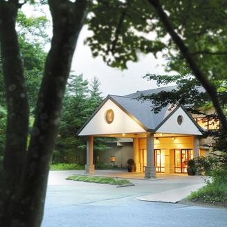 軽井沢の緑豊かな丘に佇む「ホテルブレストンコート」