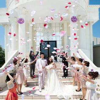花嫁と同じバラの髪飾りを付けて挙式に参列し、挙式後は青空の下、フラワーシャワーでふたりの幸せを願う