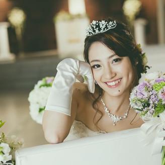 バージンロードは花嫁を導くような一筋の光が。正面につくられた滝からは清らかな水が流れ、さらさらと流れ落ちるせせらぎの音に癒しを感じる