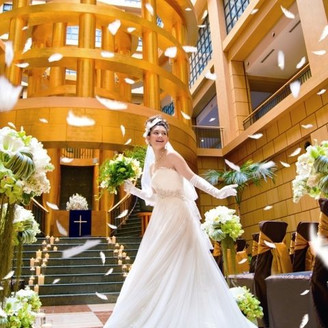 永遠の絆をテーマとしたロトンダチャペル。地上43m天窓からゆっくりと降り注ぐ光を受けて黄金色に輝く