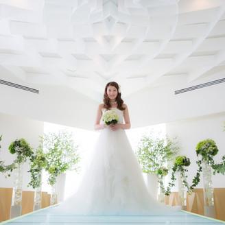 自然光が差し込む白いチャペルで、記念写真もお好きなように撮影しましょう!おふたりの最初のポーズ写真もチャペルで撮影します!!