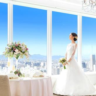 目の前に広がる青い空も貸切!扉を開けた瞬間、両サイドに広がる見たこともないようなパノラマビューに感嘆の声が。24階・25階のフロア貸切「雲の上のバンケット」でおふたりと大切なゲストだけの特別な時間を過ごそう☆
