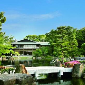かつての尾張藩主の屋敷を整備した広大な庭園には清流や滝が流れ、日本の伝統美と雅な息づかいを感じることができる。