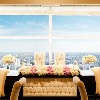 窓一面に広がる仙台の街並みと青空。門出にふさわしい天空の祝福。