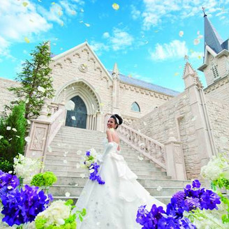 ベルヴィ宇都宮が誇る大聖堂「St.メルヴェイユ教会」。エリア内でも屈指の大聖堂で、花嫁の憧れを叶える教会挙式を叶えて。