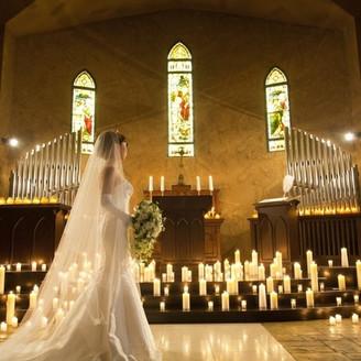 花嫁が美しく際立つ大聖堂