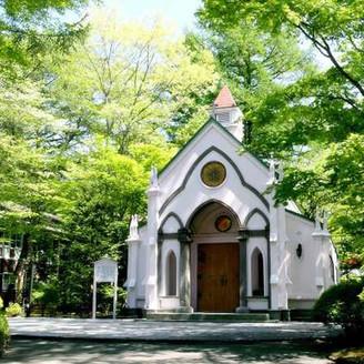 森の中に佇む旧軽井沢礼拝堂