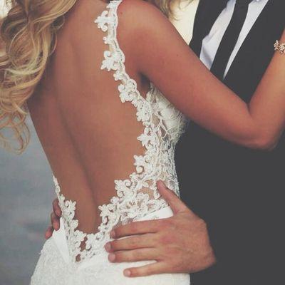 背中開きドレスって?