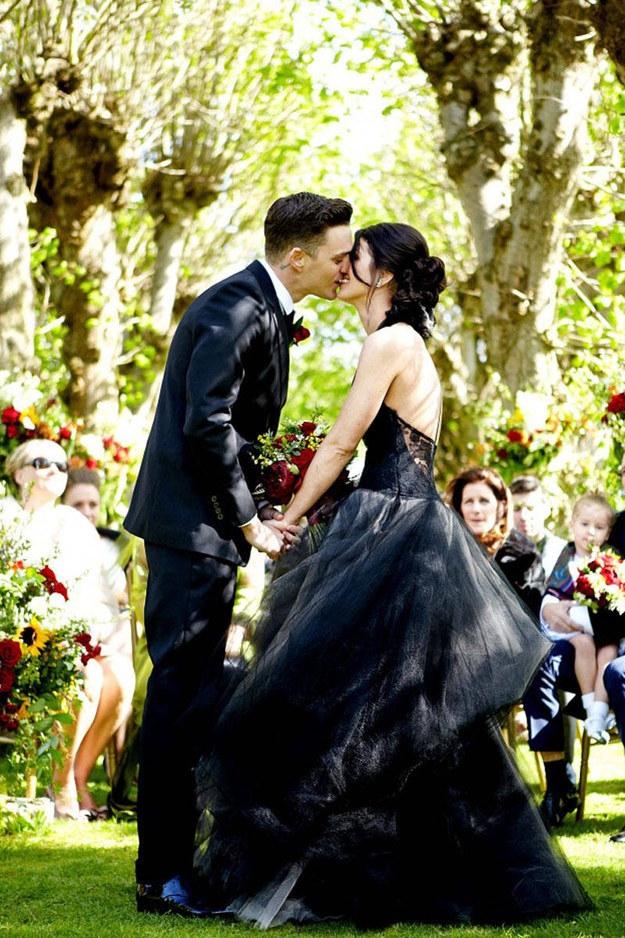 9abcd9b904563 白じゃもう物足りない!?黒のウエディングドレスでシックに決めた花嫁 ...