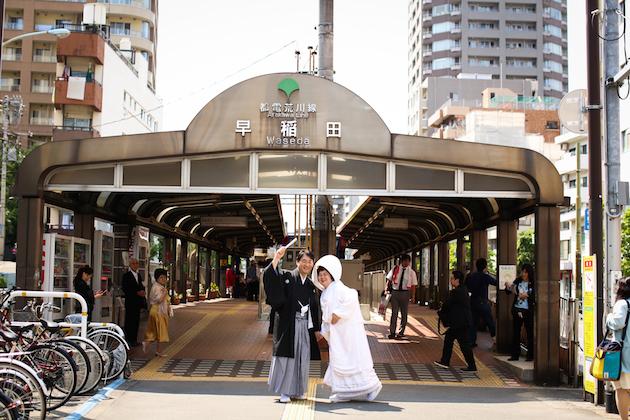 早稲田駅前での新郎新婦