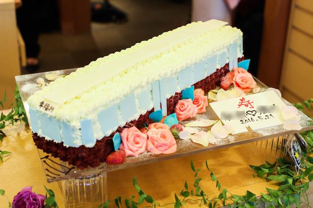 電車型のウェディングケーキ