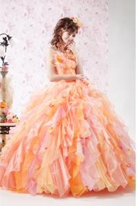 オレンジ系のウェディングドレスを探す
