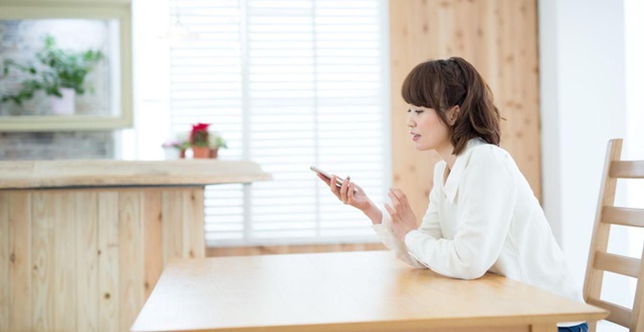 女性が彼の携帯電話を見る3つの理由