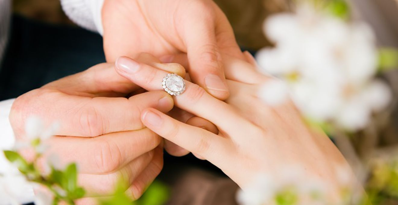 サプライズ前に要注意!? 婚約指輪のサイズ直しについて