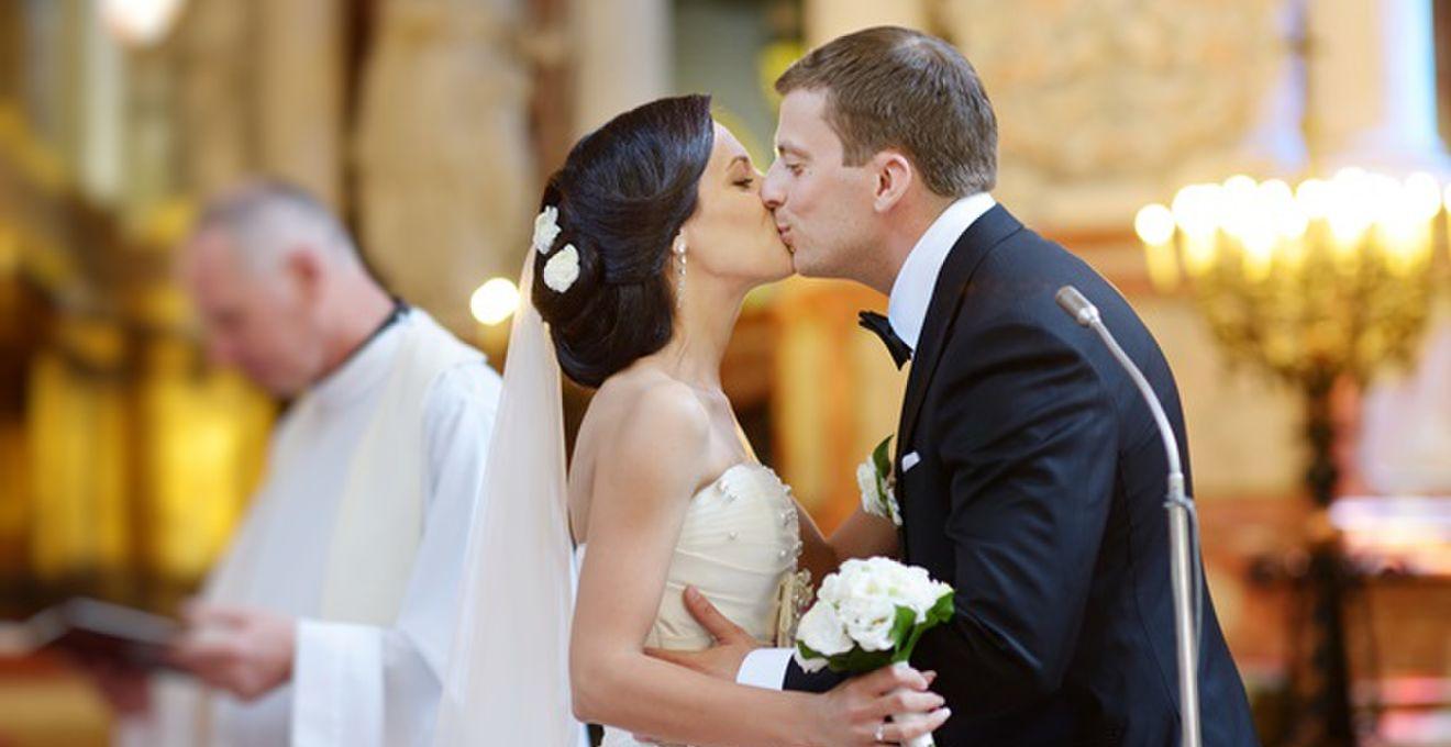 3から5秒のキスが鉄則!? 「誓いのキス」を. 結婚式