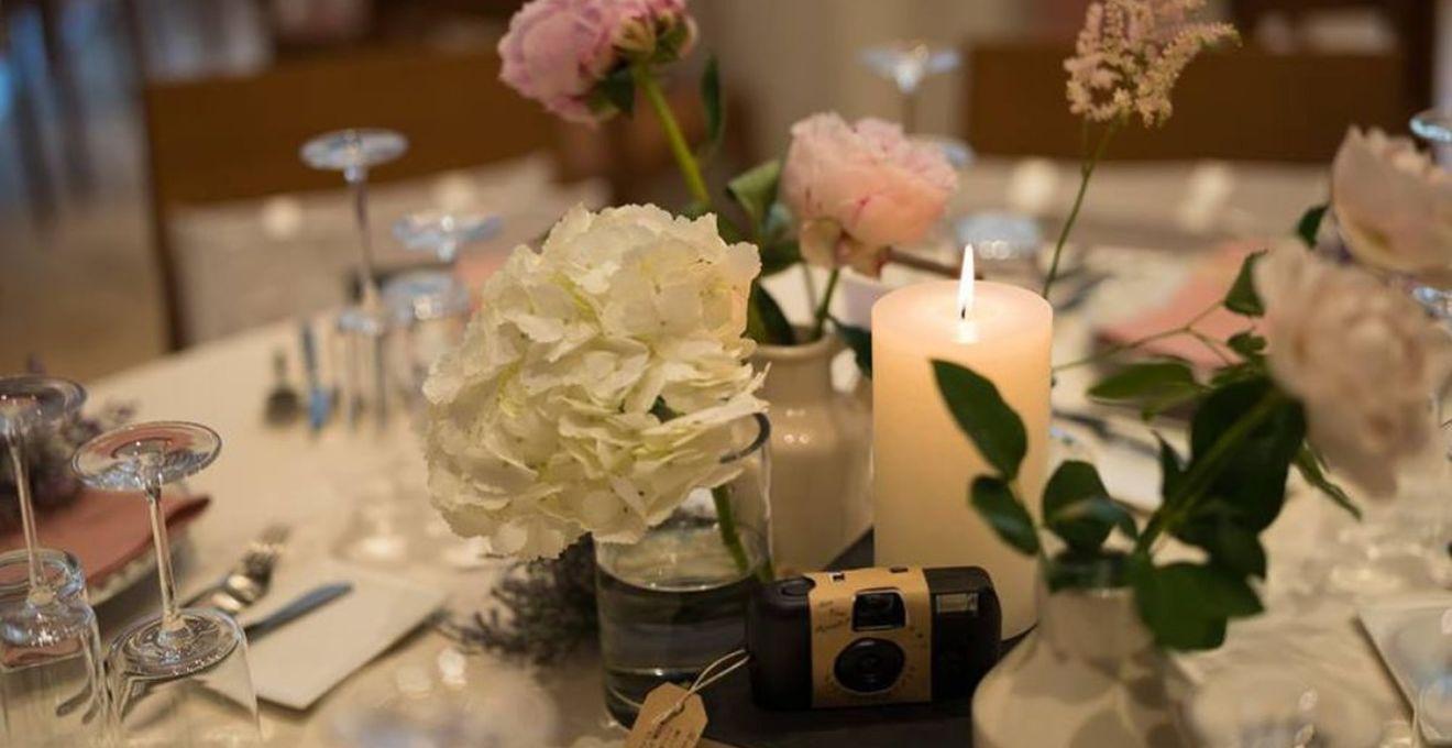脱マンネリ!結婚式のテーブルコーティネート&装花を華やかにする優秀アイテム特集