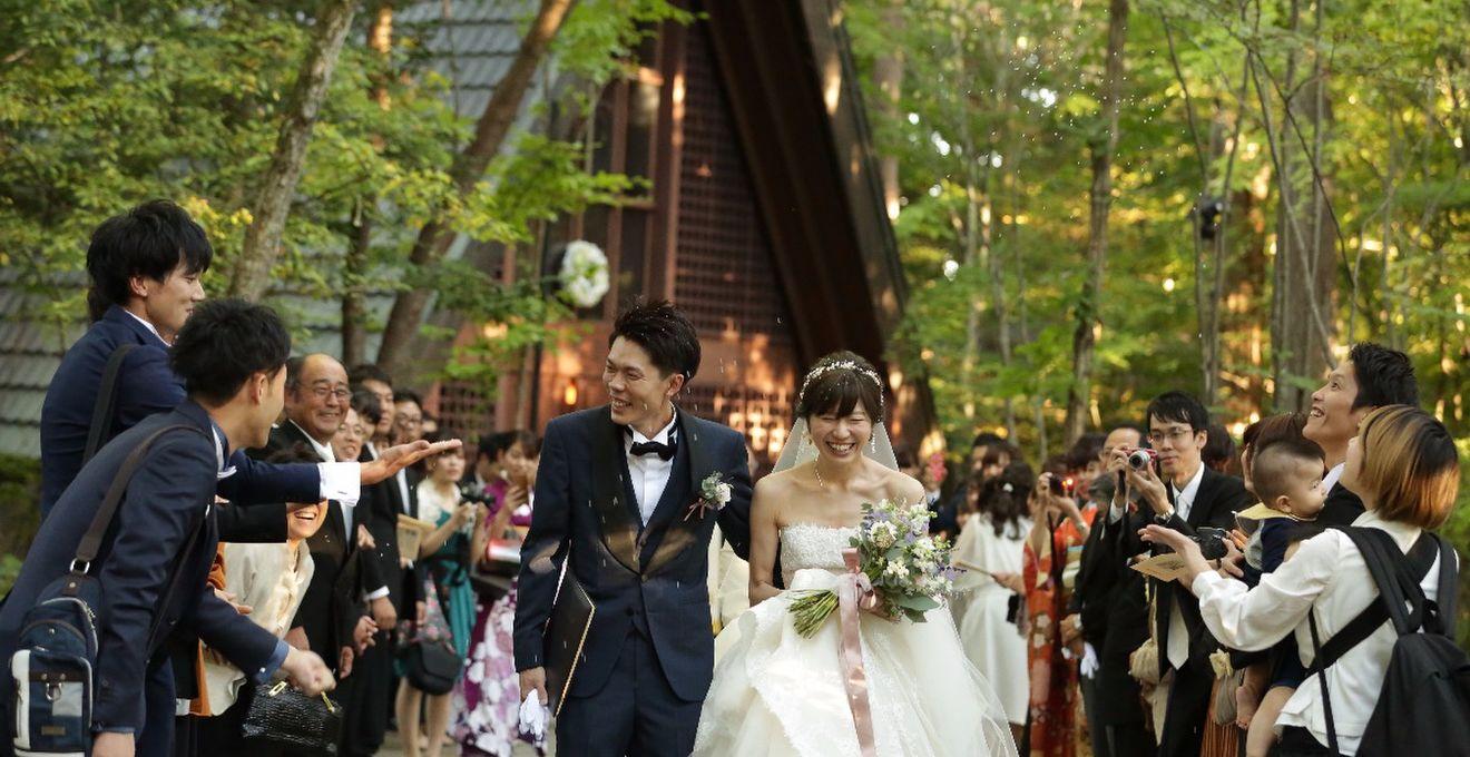8c65cfc895125 結婚式拝見 ずっと憧れだった「軽井沢高原教会」で叶えた、森の中の ...
