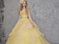 オレンジ・イエローカラーのウェディングドレスで夏らしい結婚式!