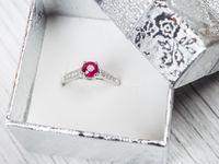 ダイヤ以外の宝石を使った婚約指輪の選び方