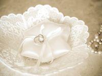 前撮りで付けるのは結婚指輪? それとも婚約指輪?