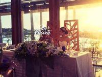 オレンジ色の夕日に包まれてリゾート感たっぷりの会場で笑顔輝く披露宴
