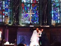 ステンドグラスが豪華なチャペルで*クマさんブーケが舞うキュートな結婚式*