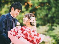 赤とピンクの花束でサプライズ♪おふたりの笑顔はじけるほっこり披露宴