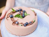 白だけじゃないよ。《チョコレートのウェディングケーキ》がとってもおしゃれ♪