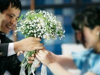 ゲスト参加型演出!好きなお花で作り上げる《ダーズンフラワーセレモニー》で世界に一つだけの花束に!