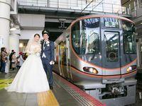 笑顔あふれるブライダルトレイン出発進行!電車で挙げるユニークな結婚式を見てみよう