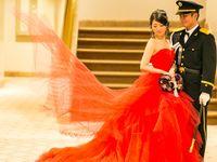 真紅のカラードレスが映える。クラシカルな会場でアンティークウェディング