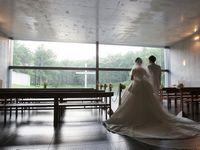 【結婚式拝見】湖に浮かぶ十字架に誓いを。自然に囲まれた「水の教会」で幻想的なウェディング
