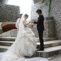 軽井沢「石の教会」の静寂に包まれて♪父の背中を見つめて歩く螺旋のバージンロード
