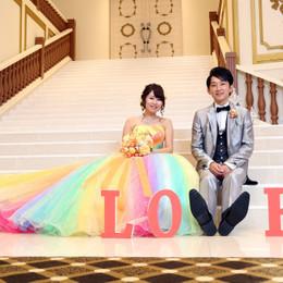 豪華な大階段でプリンセス気分♪憧れのレインボードレスで叶えるロマンチックウェディング