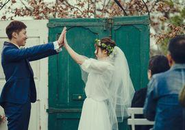 【結婚式拝見】合い言葉は「ハイタッチ」!大好きな職場でウェディング♪