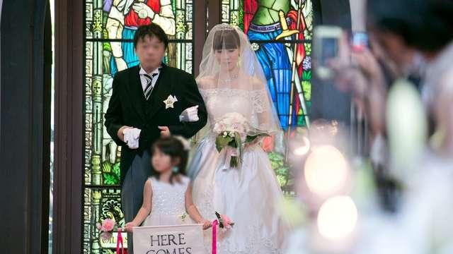 モンサンミッシェル大聖堂の結婚式フラッグガール