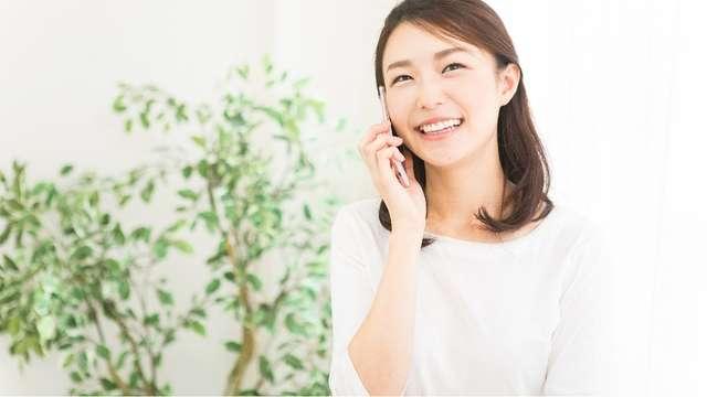 電話で一報を入れる女性